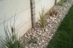 Trávníkový-koberec-položen-okrasné-květiny-zasazeny-včetně-násypu-dekorativbních-kamenů-Máme-hotovo